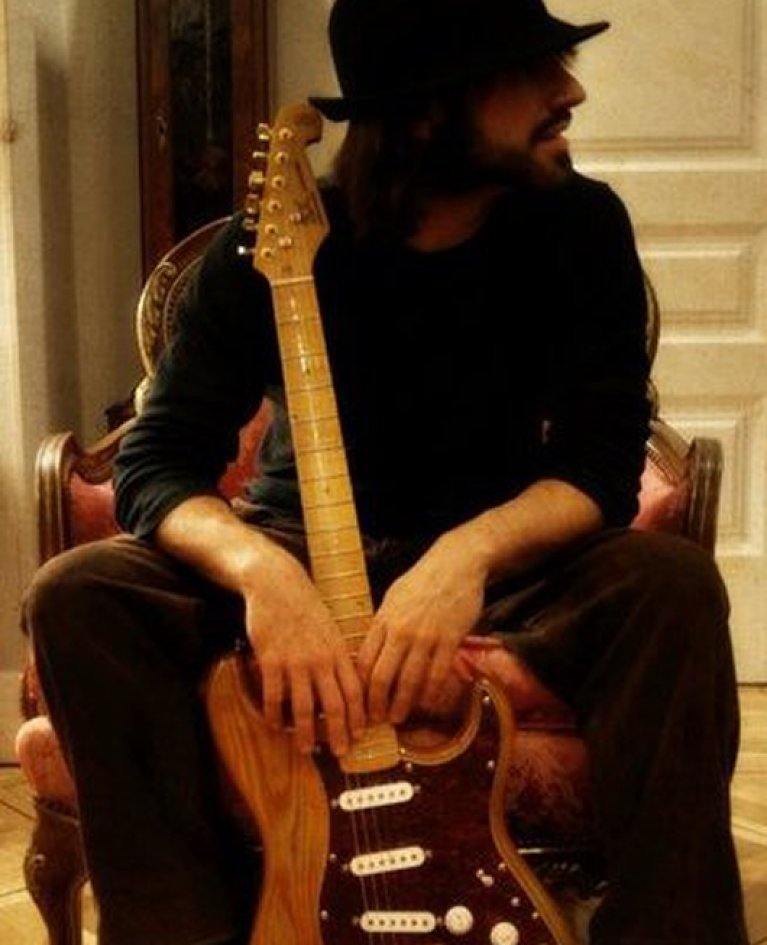 Profesor de guitarra acústica en Madrid. Miguel Chin Pérez